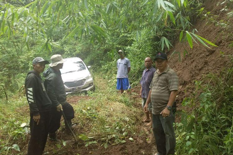 Mobil Avanza Tersesat di Hutan Gunung Putri, Berisi 7 Penumpang Dievakuasi Warga
