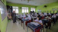 Sejumlah siswa mengikuti kegiatan belajar tatap muka di SDN 006 Batam Center, Batam, Kepulauan Riau, Selasa (23/3/2021).